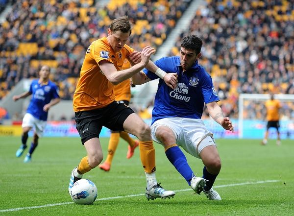 Wolverhampton Wanderers' Richard Stearman (left) and Everton's Denis Stracqualursi battle for the ball