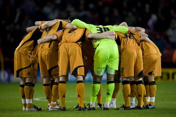 Wolverhampton Wanderers players gather in a huddle prior to kick off