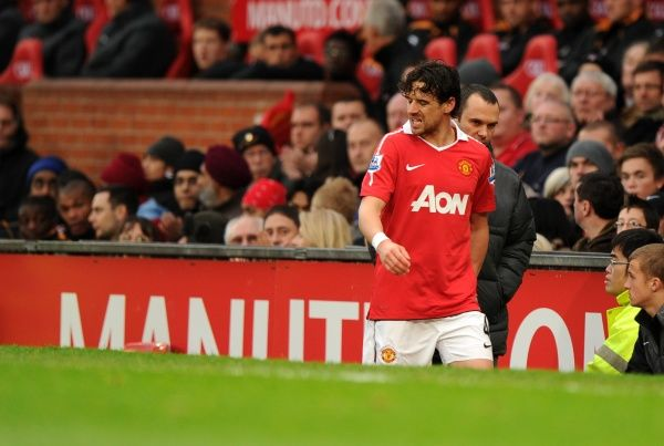 Owen Hargreaves of Manchester United leaves the field with an injury during the first half on his comeback game
